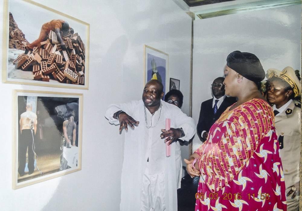 Barthélémy Toguo donnant des explications devant l'une de ses oeuvres.  ©  DR