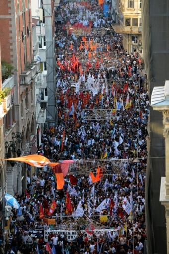 Des milliers de manifestants le 20 juillet 2015 sur l'avenue Istiklal à Istanbul après l'attentat sucide qui a fait plus de 31 morts à Suruç © OZAN KOSE AFP