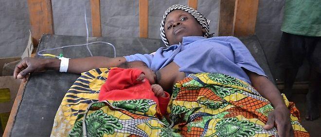 Une femme de 41 ans atteinte du choléra allaite son enfant à Mwashi, dans la province du Katanga, en République démocratique du Congo en novembre 2014 (photo d'illustration.