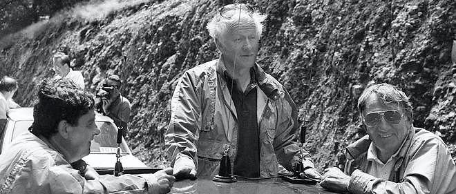 Jacques Chancel participe, le 15 juillet 1986, entre Bayonne et Pau, à une étape du Tour de France en compagnie du journaliste Bernard Pivot (à gauche) et de l'acteur Lino Ventura (à droite).