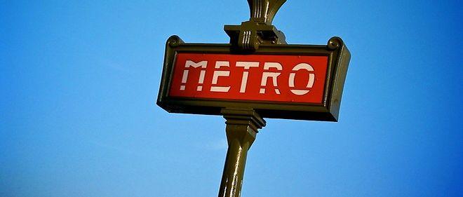 Sans dimicile fixe et sans emploi, Lionel Hagege a décidé de distribuer son CVaux passagers du métro parisien.