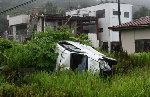 Photo prise le 16 juillet 2015 montrant un véhicule et des bâtiments endommagés par le tsunami de 2011 et restés en l'état quatre ans après dans le village de Tomioka au nord de Naraha dans la préfecture de Fukushima © Toshifumi Kitamura AFP