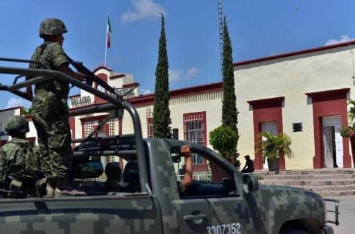 Des soldats patrouillent dans la ville de Badiraguato (Etat du Sinaloa), ville natale de El Chapo, le 17 juillet 2015 © Fernando Brito AFP