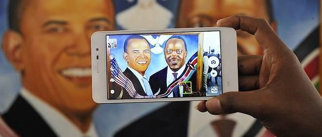 Une peinture de Barack Obama et d'Uhuru Kenyatta prise en photo par un smartphone le 23 juillet 2015 juste avant le Sommet global de l'entreprise à Nairobi.