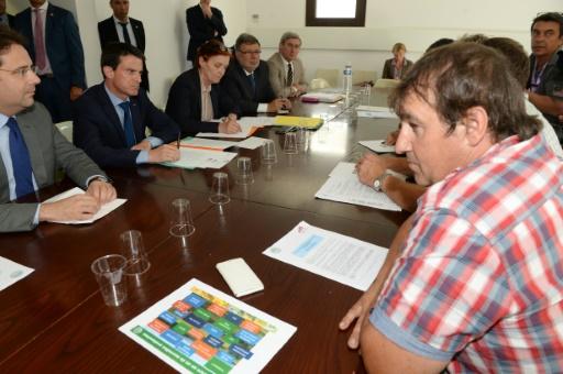 Le Premier minsitre Manuel Valls  lors d'une réunion avec des agriculteurs et des membres de la FNSEA le 23 juillet 2015 à Bordeaux © MEHDI FEDOUACH AFP