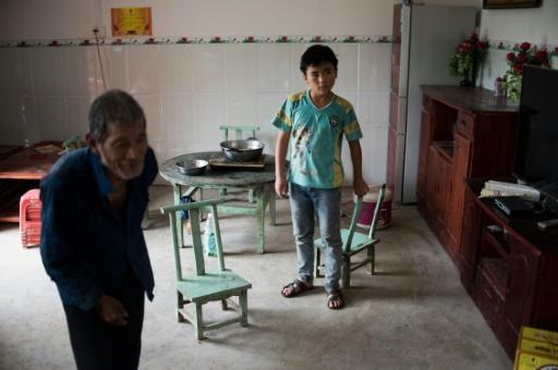 Liang Zhaolü, 12 ans, fréquente une école de fortune tout en aidant son grand-père aux champs, à Xianghe dans la région du Guangxi en Chine, le 19 juin 2015 © JOHANNES EISELE AFP