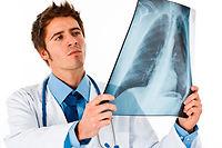 La radiographie standard est bien souvent le premier examen complémentaire prescrit par un médecin. ©Luca Bertolli