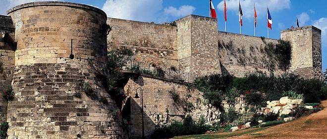 Vue des remparts du chârteau de Caen (illustration).