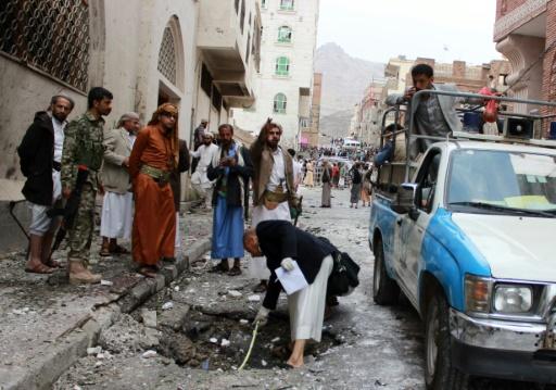 La police inspecte le site d'une attaque meurtrière contre une mosquée à Sanaa au Yémen, le 29 juillet 2015 © MOHAMMED HUWAIS AFP