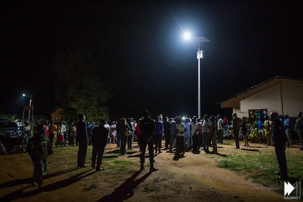 L'équipe d'Akon Lighting Africa visite les lampadaires installés à Pahou, près de Cotonou © David Monfort Dagency