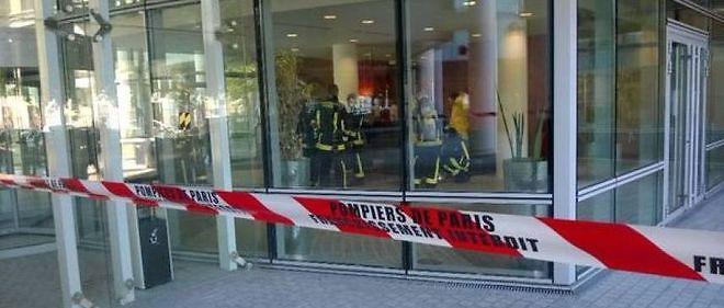 """Les pompiers sont en cours d'intervention au siège du quotidien """"L'Humanité"""" à Saint-Denis."""