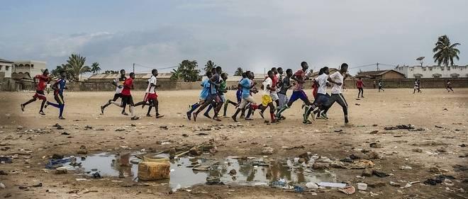 De jeunes footballeurs s'entraînent à Churchill's Town, près de Banjul, la capitale de la Gambie
