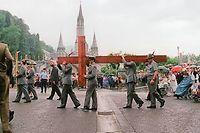 Des chasseurs alpins italiens transportant une croix, ici en 1997 à Lourdes. ©MANOOCHER DEGHATI