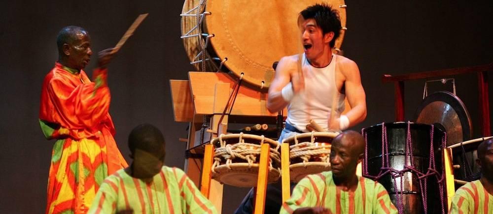 Le tambou-major Doudou Ndiaye Rose avec le batteur japonais Ryota Kanazashi au Théâtre national Daniel Sorano de Dakar le 6 Décembre 2006.  ©  AFP/GEORGES GOBET