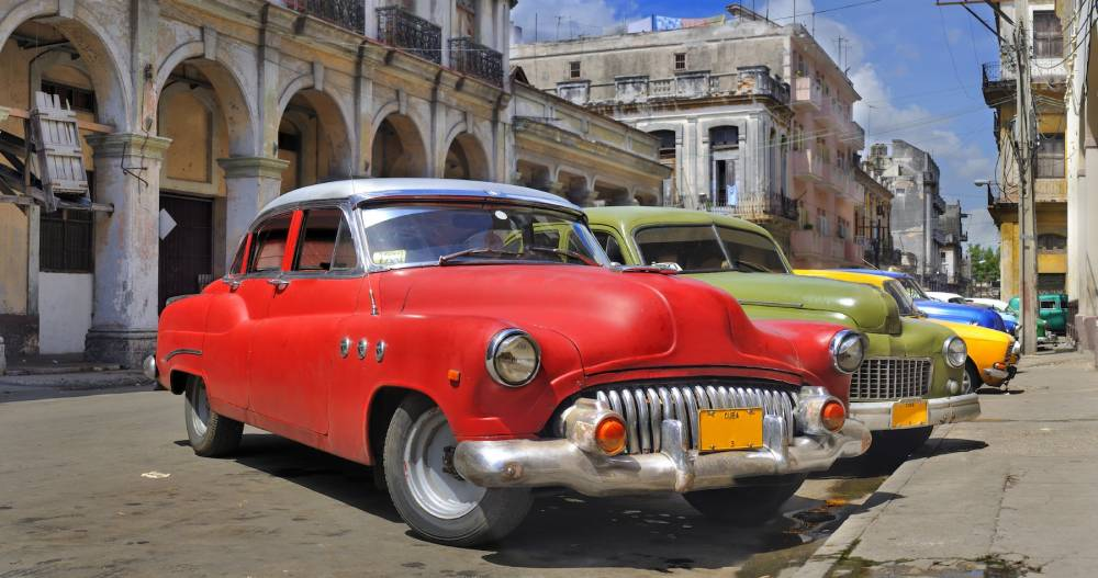 Havana street with colorful old cars in a raw ©  DR