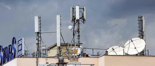 Dans les villes et les villages, de nombreux toits hébergent des antennes-relais  téléphoniques et des paraboles.