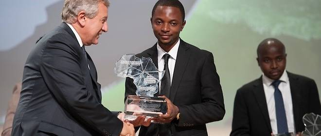 Alain Nteff de GiftedMom reçoit des mains de Richard Attias le premier Prix de la Jeune entreprise africaine initié par le New York Forum Institute en partenariat avec Le Point Afrique et France 24.