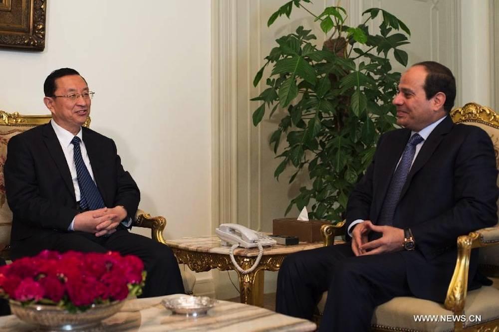 Le président égyptien Abdel-Fattah al-Sissi rencontre le ministre chinois de la Culture Luo Shugang au Caire, en Égypte, le 9 août 2015. ©  Xinhua/Pan Chaoyue