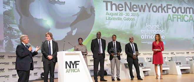 Le prix de la Jeune Entreprise africaine a été remis à Libreville, lors du New York Forum Africa, qui s'est tenu du 28 au 30 août en présence de Richard Attias (à g.), son président, et d'Étienne Gernelle, le directeur du « Point », partenaire de l'événement, Betty Ikalany, Malick Diawara, responsable du « Point Afrique », Alain Nteff, Evans Wadondo et StéphanieAntoine, de France 24.