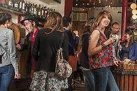 Les jeunes privilégient la qualité à la quantité et apprécient également le vin à l'apéritif, comme ici au Baron rouge, à Paris.