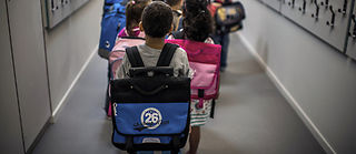 Le poids du cartable dépasse systématiquement les 10 % du poids de l'enfant, ce qui serait le maximum à tolérer. ©JEFF PACHOUD