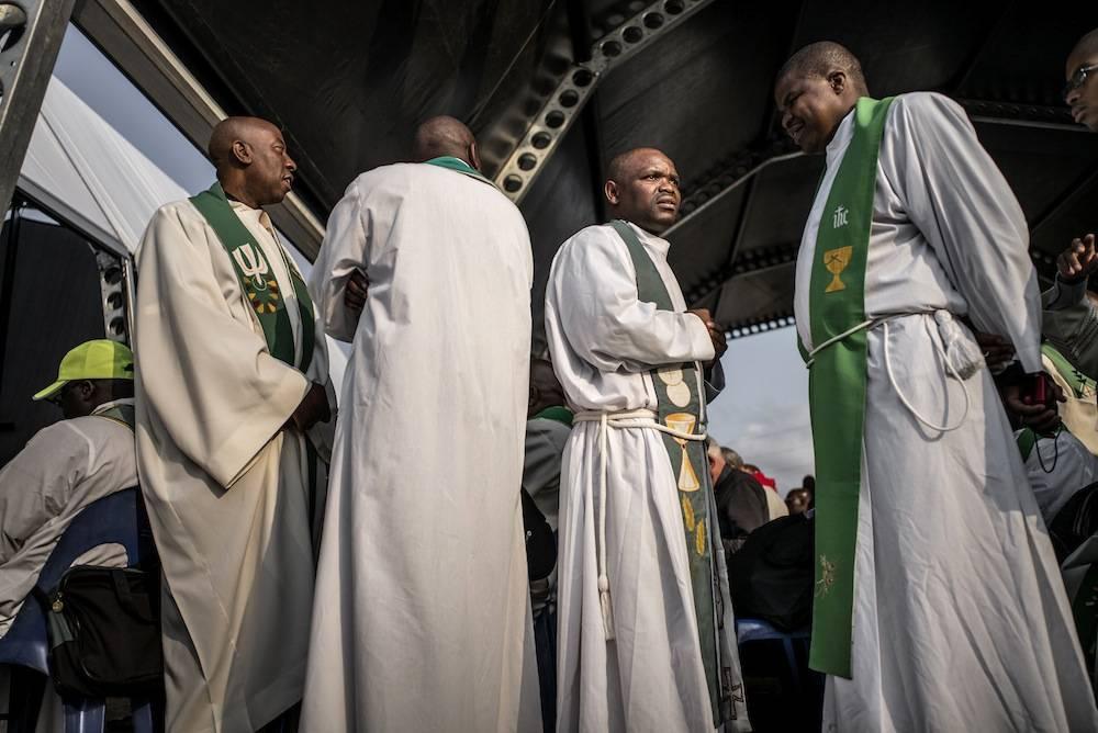 Des prêtres lors de la cérémonie de béatification de Benedict Daswa le 13 septembre 2015.   ©  AFP PHOTO/MARCO LONGARI