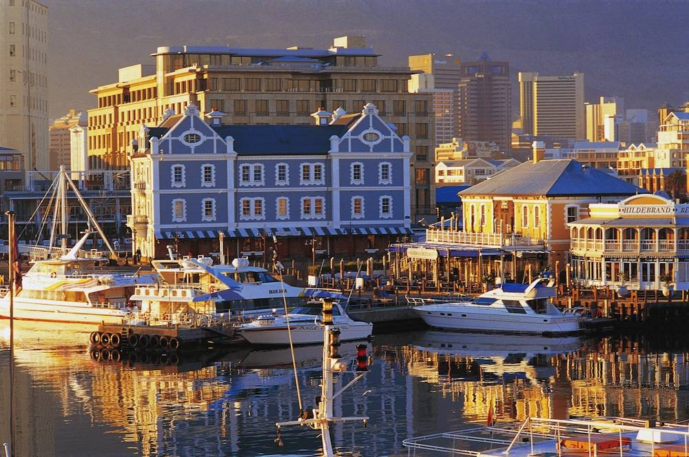 Une vue du front de mer Victoria et Alfred de la ville du Cap, en Afrique du Sud.  ©  AFP/Arthur F. Selbach
