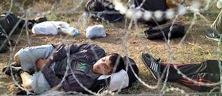 Un Afghan à la frontière entre la Hongrie et la Serbie le 17 septembre 2015. ©Muhammed Muheisen/AP/SIPA