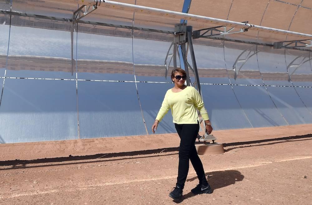 La ministre marocaine de l'Environnement devant le projet solaire de Noor 1 à Ouarzazate en octobre 2014.   ©  AFP PHOTO/ FADEL SENNA