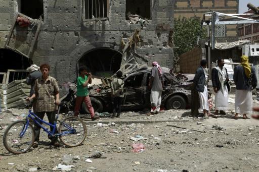 Des Yéménites inspectent des débris après une frappe aérienne de la coalition saoudienne, à Sanaa, le 19 septembre 2015 © Mohammed Huwais AFP