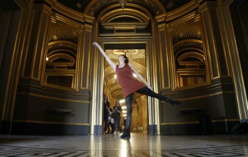 """Une danseuse de l'Opéra de Paris dans les couloirs du Palais Garnier lors de """"20 danseurs pour le XXe siècle"""", le 19 septembre 2015 à Paris © FRANCOIS GUILLOT AFP"""
