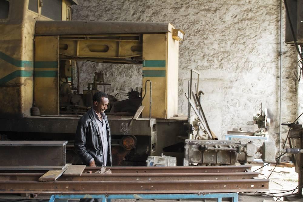 Un ouvrier dans un atelier du train. ©  Antoine Galindo