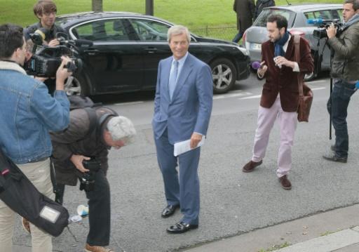 L'homme d'affaires français, Vincent Bolloré, sort du siège du CSA à Paris après une réunion sur la stratégie de sa chaîne privée Canal+, le 24 septembre 2015 à Paris © JACQUES DEMARTHON AFP
