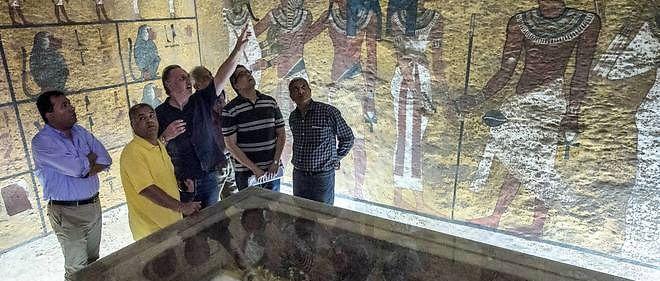 L'égyptologue Nicholas Reeves examinant la tombe de Toutankhamon avec le ministre des Antiquités égyptien Mamdouh Eldamaty.