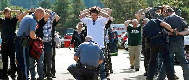 La police a fouillé les étudiants à leur sortie du campus, à la recherche d'éventuelles armes.