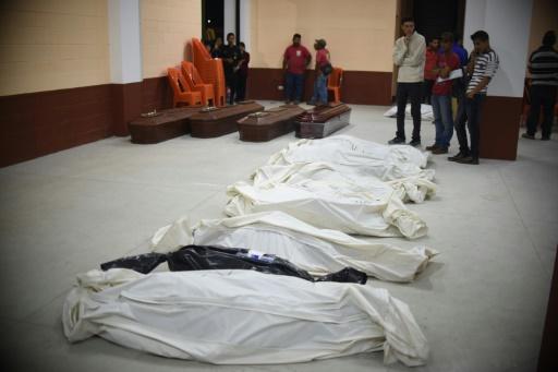 Sept corps sans vie de victimes du glissement de terrain sont entreposés dans une morgue improvisée à Santa Catarina Pinula, près de Guatemala, le 2 octobre 2015 © JOHAN ORDONEZ AFP
