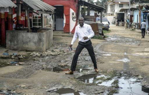 L'écrivain gabonais Janis Otsiemi dans le quartier des Charbonnages à Libreville, le 23 septembre 2015 © Steve Jordan AFP