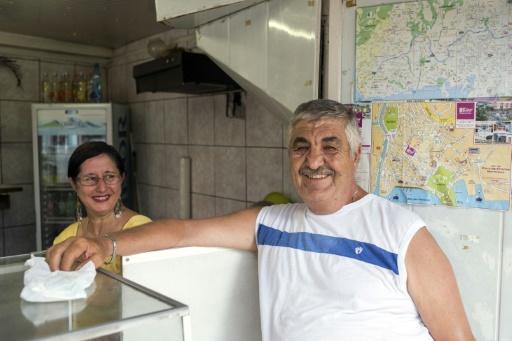 Ibrahim Moussa (D), originaire de Syrie, avec sa femme Suzanne, dans leur magasin de Fort-de-France, le 29 septembre 2015 © Nicolas DERNE AFP