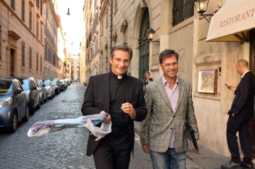 Le prêtre polonais Krysztof Olaf Charamsa et son compagnon Edouard, lors d'une interview au cours de laquelle il révèle son homosexualité, le 3 octobre 2015 à Rome © TIZIANA FABI AFP