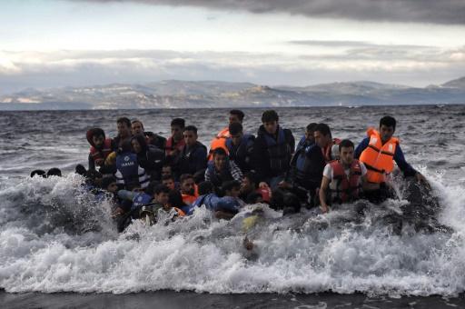 Des réfugiés arrivent sur l'île grecque de Lesbos après avoir traversé la mer Egée, en provenance de Turquie, le 2 octobre 2015 © Aris MESSINIS AFP/Archives