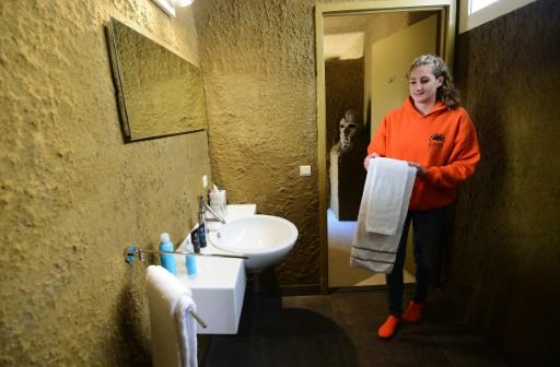 Une employée prépare la chambre d'un hôtel présenté comme le premier construit en sable, le 2 octobre 2015, dans la petite ville néerlandaise de Oss © Emmanuel DUNAND AFP