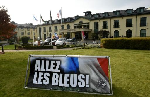 Message de bienvenue à l'adresse des Bleus devant leur hôtel à Hensol au Pays de Galles, le 3 octobre 2015 © FRANCK FIFE AFP