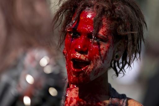 """Une femme grimée en zombie prend part à la """"Marche des zombies"""", le 3 octobre 2015 à Paris © Kenzo TRIBOUILLARD AFP"""