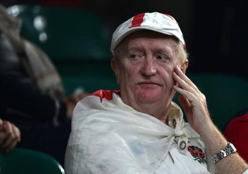 La déception d'un supporter anglais après l'élimination de son équipe du Mondial, battue par l'Australie, le 3 octobre 2015 à Twickenham © BEN STANSALL AFP