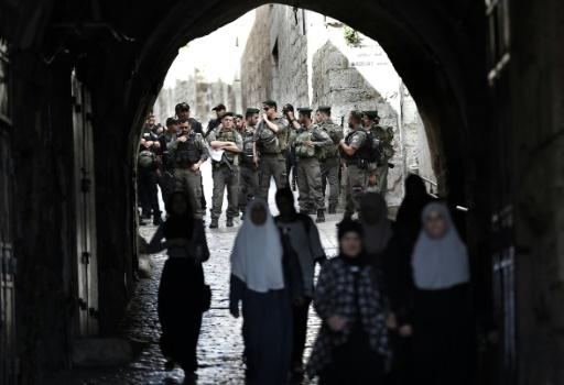 Des policiers israéliens bloquent une rue de la vieille ville de Jérusalem, le 4 octobre 2015 © THOMAS COEX AFP