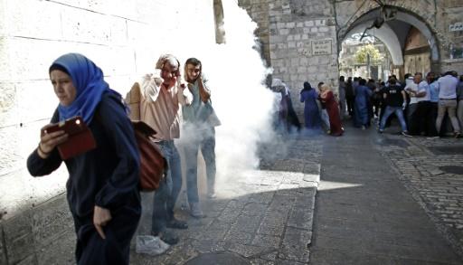 Des policiers israéliens dispersent à coups de grenades assourdissantes et de projectiles caoutchoutés des manifestants palestiniens, le 4 octobre 2015 dans la vieille ville de Jérusalem © THOMAS COEX AFP