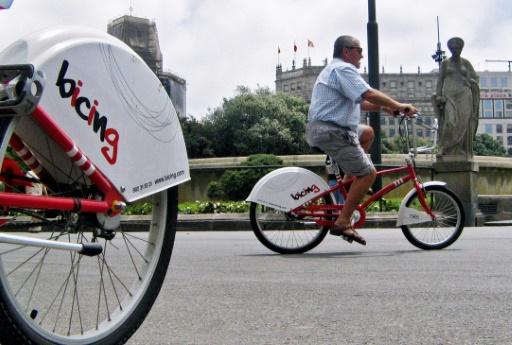 Un homme fait du vélo en libre-service à Barcelone, le 18 juin 2007 © Cesar Rangel AFP/Archives