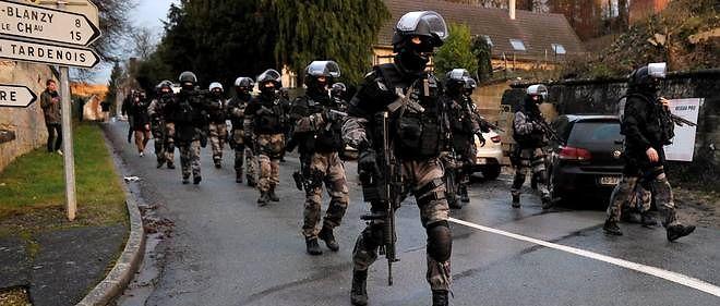 Des membres du Raid et du GIGN, à la recherche des frères Kouachi le 8 janvier 2015, après l'attentat contre « Charlie Hebdo » (photo d'illustration).
