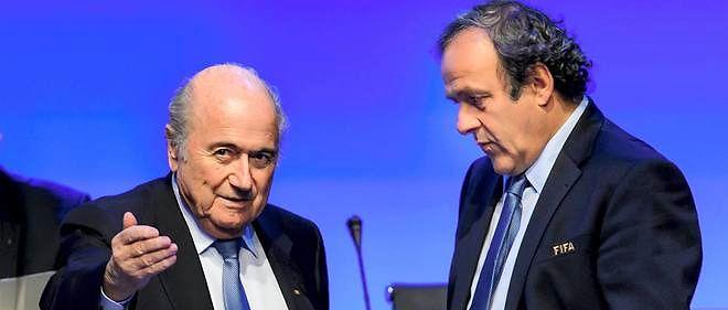 Sepp Blatter (à gauche) et Michel Platini (à droite) ont été tous les deux suspendus provisoirement par la commission d'éthique de la Fifa.