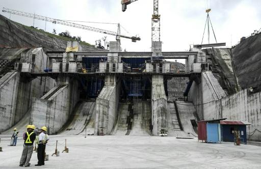 Une gigantesque centrale hydroélectrique en construction, sur le fleuve Reventazon, près de la ville de Siquirres (Costa Rica), le 30 septembre 2015 © MARCO SIBAJA AFP